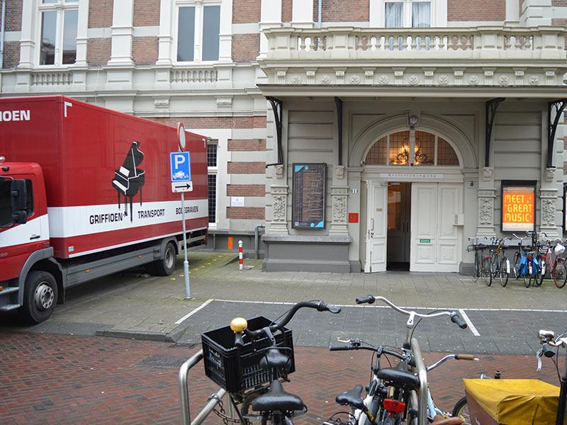 De Bösendorfer Phoenix Arriveert Bij De Artiesten-ingang Van Het Koninklijk Concertgebouw In Amsterdam