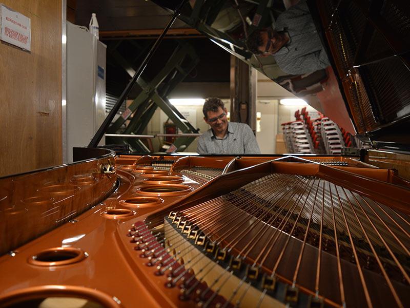 Een Laatste Controle In De Kelder Van Het Concertgebouw